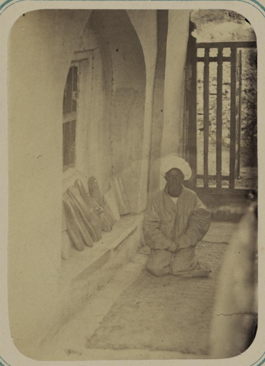 Мавзолей Ходжа Абду-Дарун. Окно из гробницы святого, выходящее в галерею под названием зиаретга