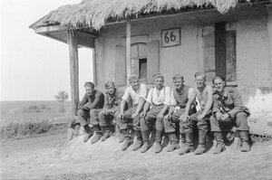 Немецкие солдаты возле крестьянской избы