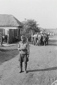 Солдаты на деревенской улице