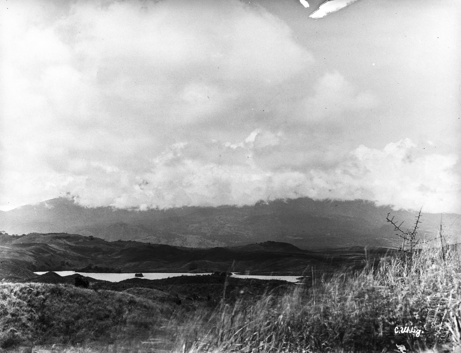 175. Озеро Натрон на востоке горы Меру