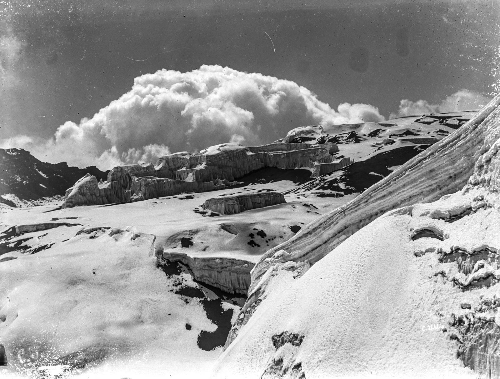 180. Ледяной купол в кратере Кибо