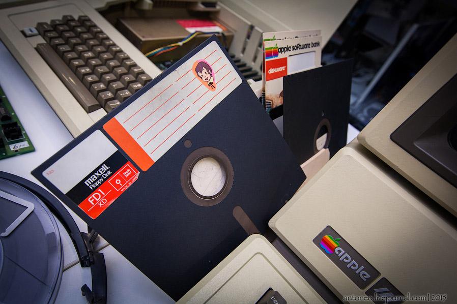 7. Позже удачный Apple II стали модернизировать, ускорять и дополнять различными аксессуарами.