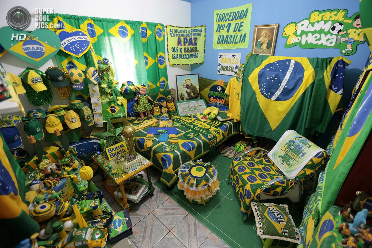 Бразилия. Бразилиа. 27 мая. В доме 63-летней Марилсы Гимарайнш да Силвы, фанатки сборной Бразилии по