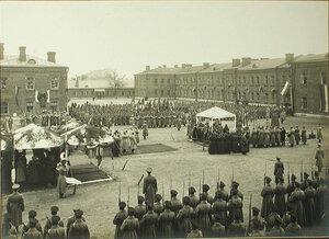 Гренадеры салютуют знаменами в момент открытия  памятника императору Александру III.