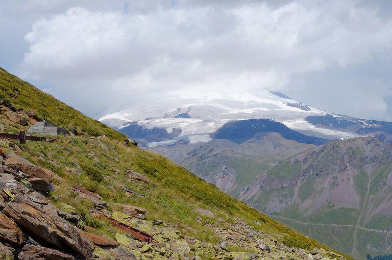 Вид на Эльбрус закрытый тучами с Чегета