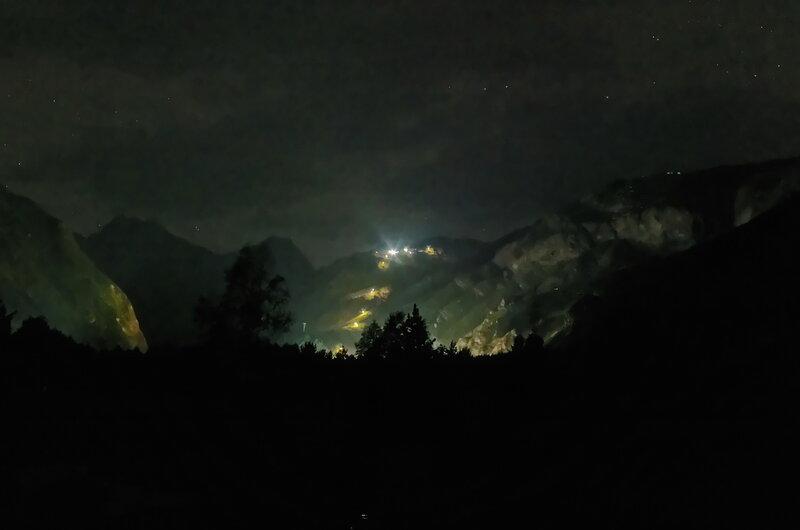 Перед сном в базовом лагере - вид на канатную дорогу на Эльбрус