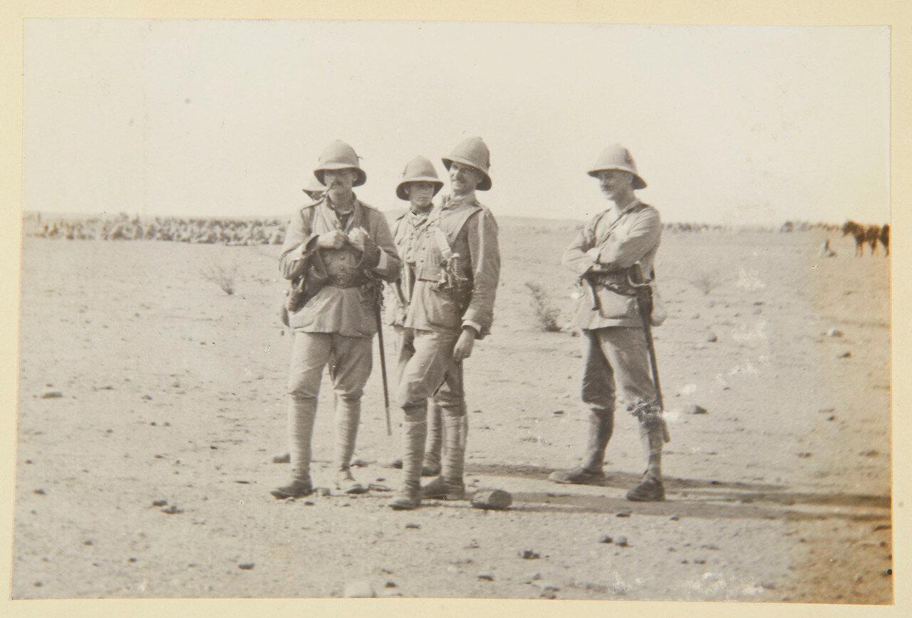 15 августа 1898. Лагерь Атбара. Лейтенант Моррисон, лейтенант Гурдон-Ребов, лейтенант Чарльз Сеймур Коркран (1845-1921); достопочтенный капитан Кавендиш (1862-1931)