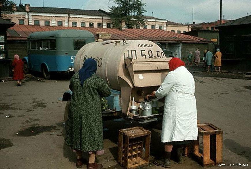 Иркутск. Молочница на рынке.  1965
