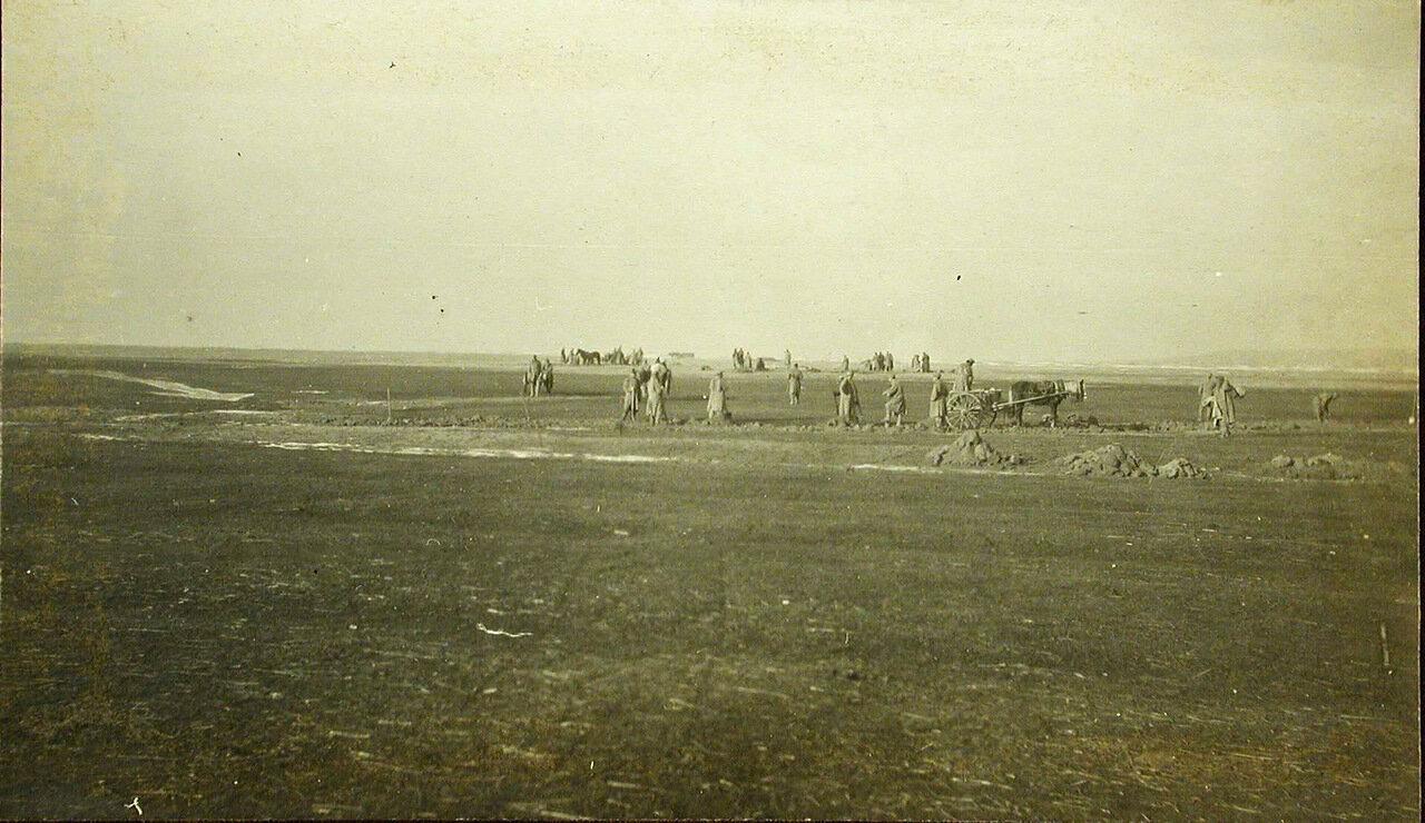 36. Пленные австрийские солдаты за расчисткой аэродрома