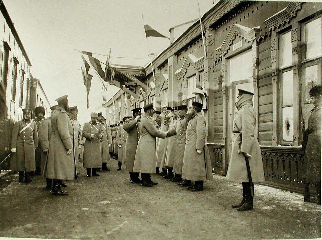 03. Император Николай II приветствует группу военных чинов после принятия рапорта