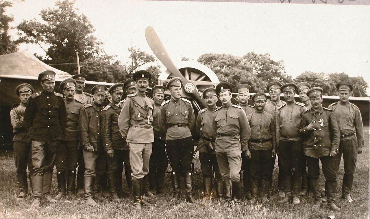 32. Группа офицеров и солдат авиаотряда у летательного аппарата на аэродроме. Июнь 1915. Карчевице