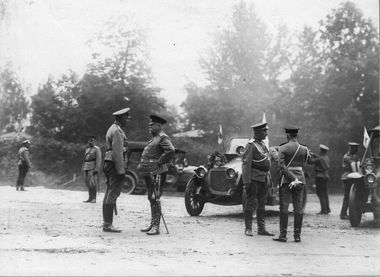 10.Группа военных у автомобилей перед началом пробега (на переднем плане 2-й слева - военный министр В.А.Сухомлинов).