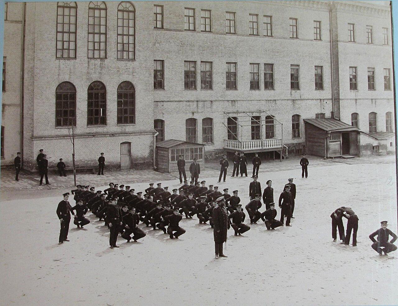 12. Воспитанники Киевского реального училища во время урока военной гимнастики во дворе училища
