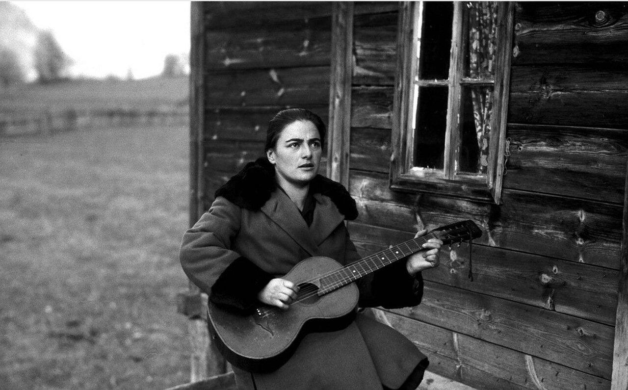 Сванетка, играющая на гитаре
