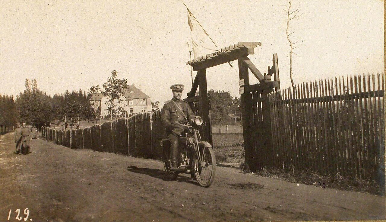 11. Мотоциклист штаба XII армии с пакетами документов