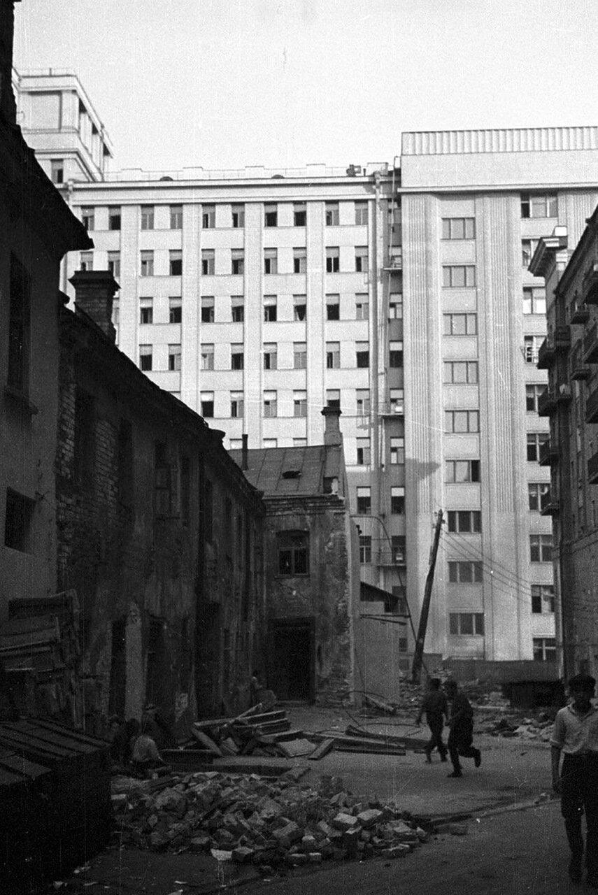 52. Вид из Георгиевского переулка в сторону здания Совета по труду и обороне