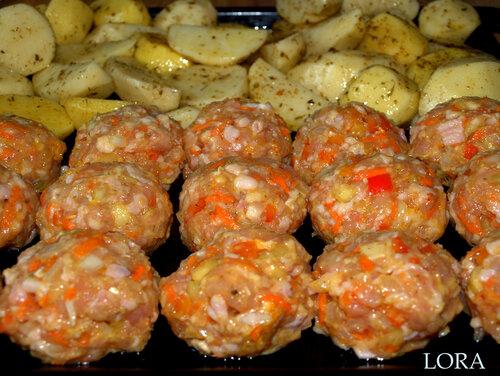 Курино-овощные котлеты и деревенский картофель (перед духовкой)
