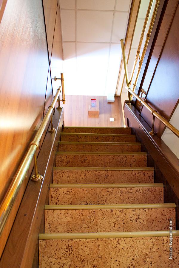 Лестница со средней на шлюпочную палубу в кормовой части теплохода «Н.А.Некрасов»