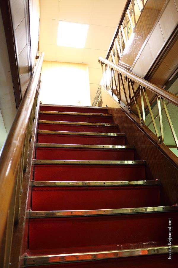 Холл в кормовой части главной палубы теплохода «Октябрьская революция». Лестница на среднюю палубу