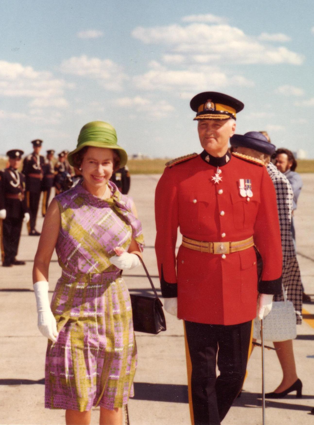 Higgitt_and_Queen_Elizabeth_II.jpg