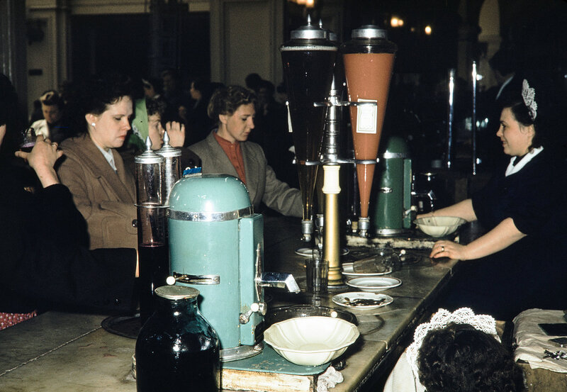1959 Газировка и соки в Москве. Harrison Forman.jpg