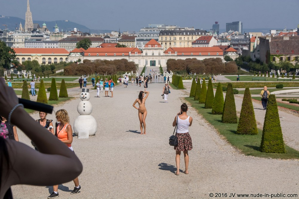 Обнаженная Katerina возле дворца Бельведер в Вене
