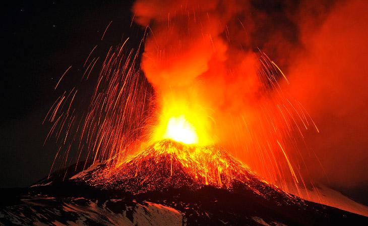Вулкан Павлова начал извергаться 13 мая 2013 и выбросил в воздух облако пепла высотой около 6 к