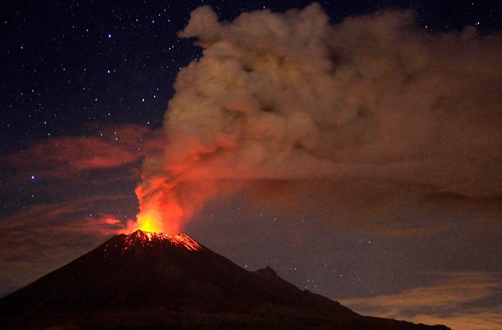 Извержение вулкана Бромо в Индонезии, 23 июля 2013. Является одним из наиболее популярных турис