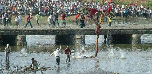 С тех пор жители двух деревень ежегодно бросаются камнями в память об этом замечательном событии. Во