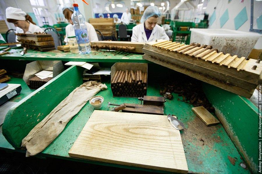 Покровный лист обрезается по хитрому контуру, причем, каждому виду сигар соответствует свой к