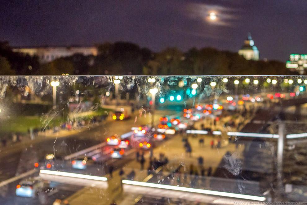 15. На реконструированной набережной впервые наблюдаю гуляющие толпы, раньше узкий тротуар вс
