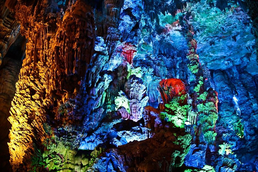 Внутри пещеры тростниковой флейты находится большое количество сталактитов и сталагмитов и др