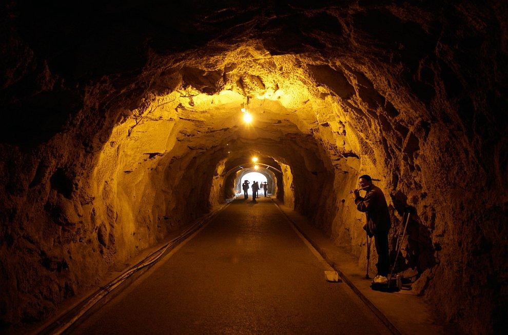 Встреча Года Дракона  в пещере, провинция Гуйчжоу, Китай, 27 января 2012. (Фо