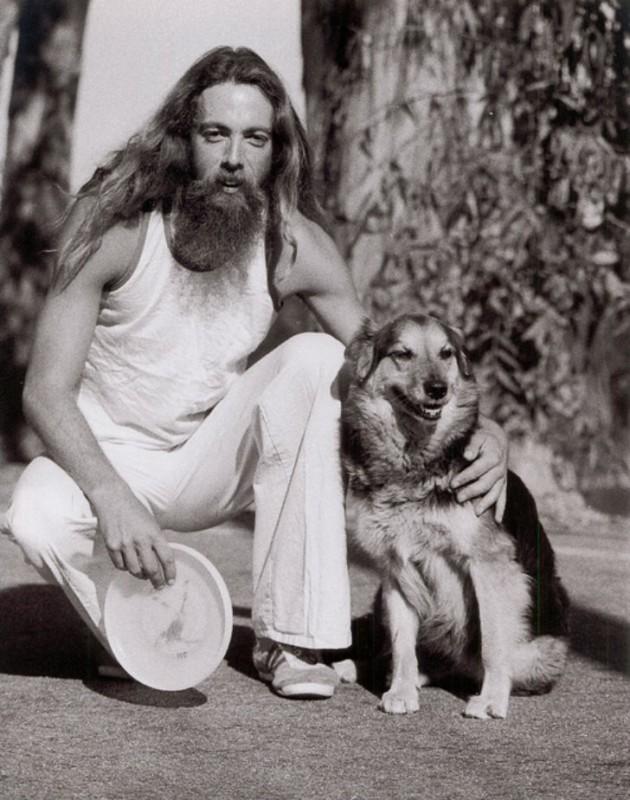 На фотографии Кен Вестерфилд со своей собакой. Благодаря им мир узнал о тарелке фрисби.