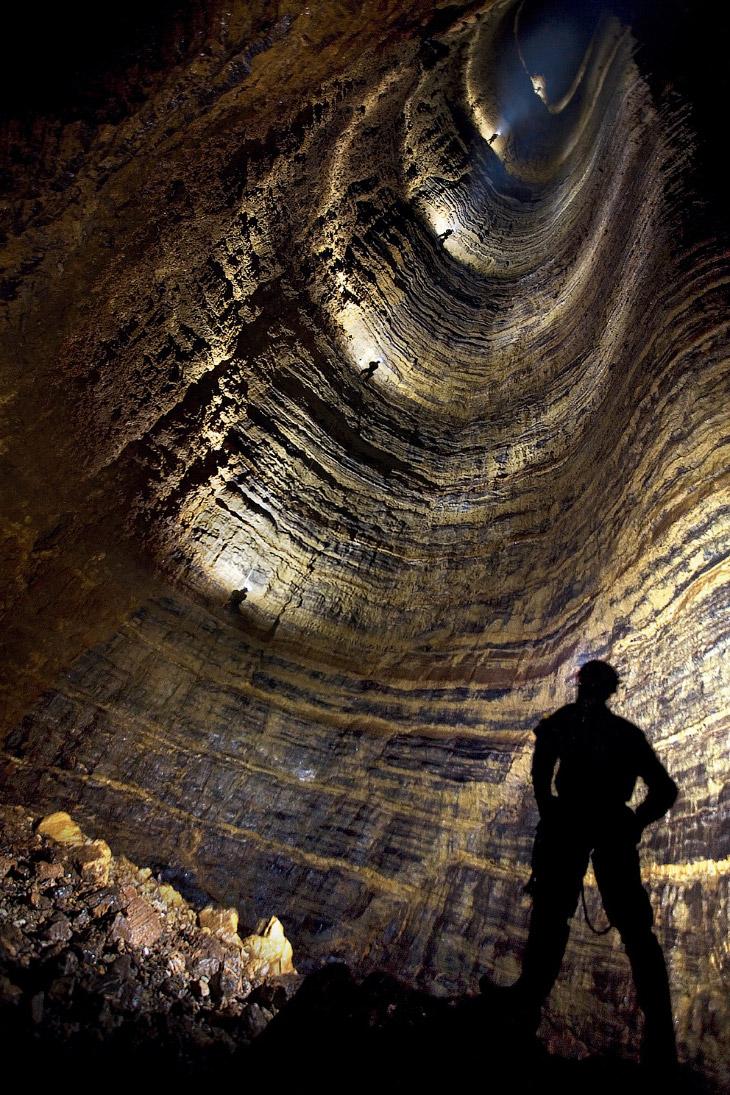1.8 метра    На такой глубине обычно вырывают могилы. Именно с этой глу
