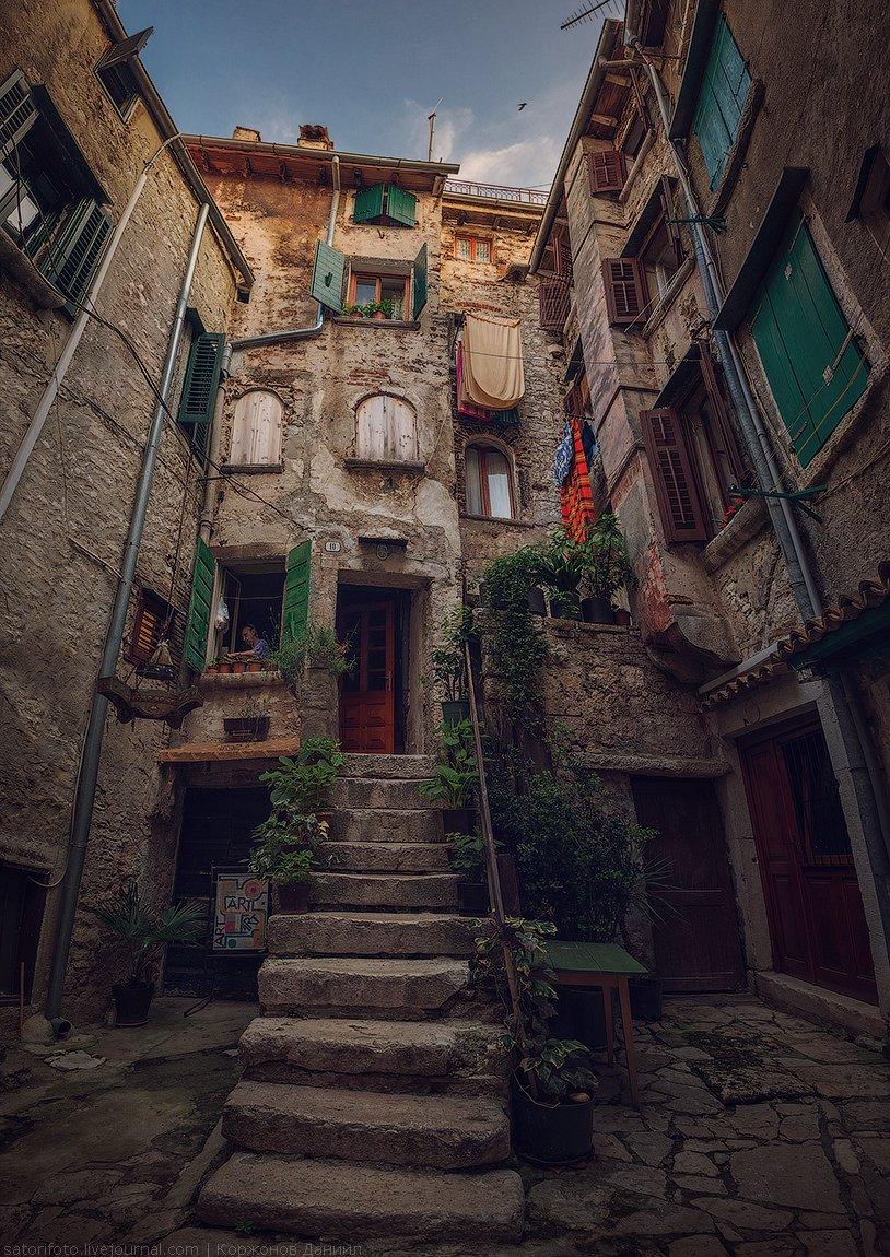 Кажется, что каждый домик на этой улице хорваты отвели под магазин, кафе или галерею. При это