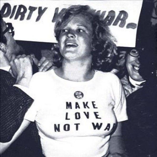 Спустя несколько лет, в 1984 году, английский дизайнер Кэтрин Хэмнетт (Katherine Hamnett) на встречу