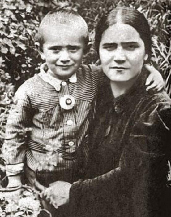 На снимке Армен запечатлен с матерью – Еленой Васильевной.   Евгений Павлович Леонов