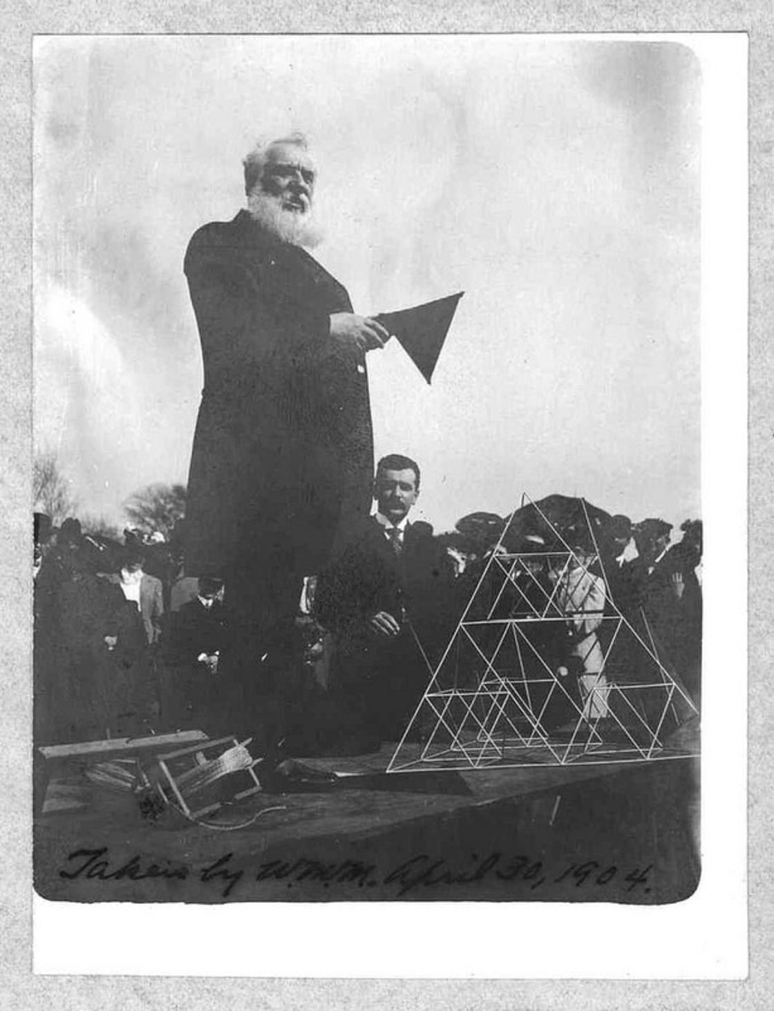 "alexander graham bell and the kite These readings and activities introduce vocabulary, information, and concepts about alexander graham bell, his invention of the tetrahedral kite, and the role bell and his ""tetras"" played in an era of aeronautical experimentation."