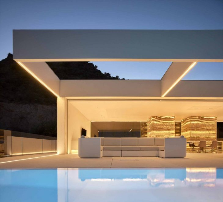Located on the top of a hillside, in one of the most established housing states of Valencia, the Hou