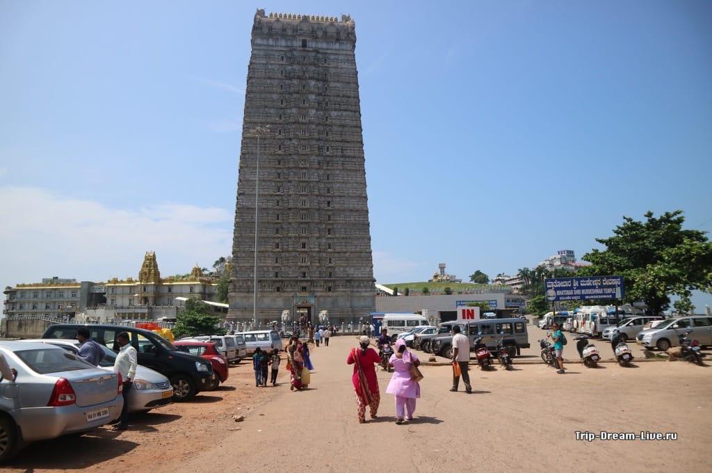Храмовый комплекс у статуи Шивы в Мурдешваре