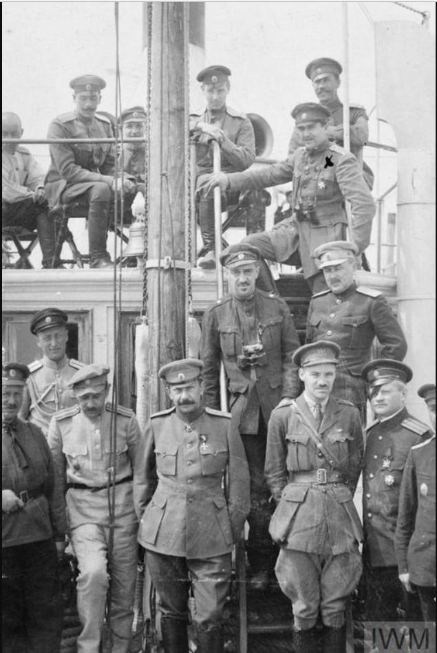 Генерал Африкан Петрович Богаевский, атаман донских казаков, с британским офицером Ангюсом Кэмпбеллом и другими российскими офицерами