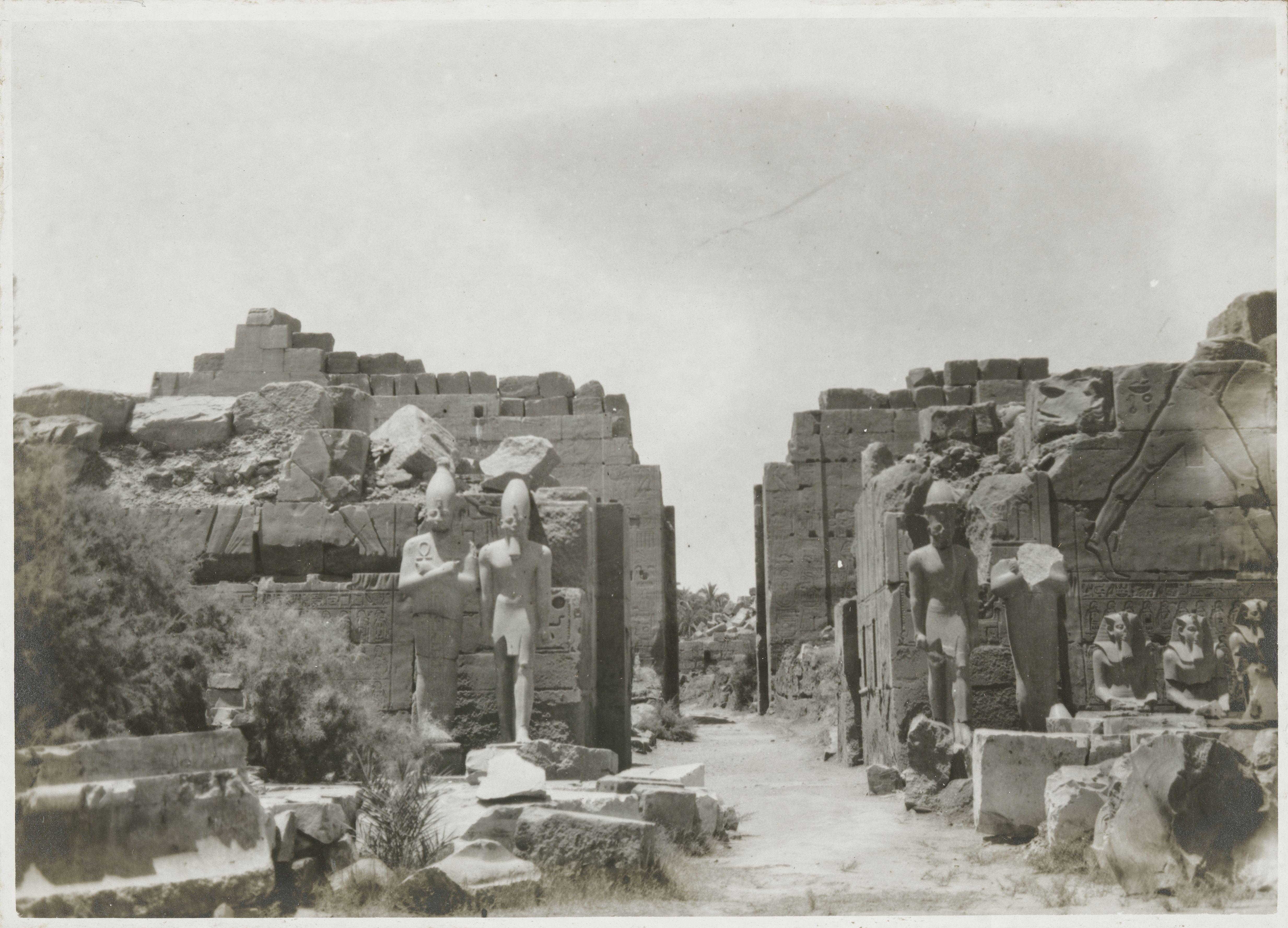 Карнак. Пилон Тутмоса III., Колоссы в виде фигур фараона и Осириса
