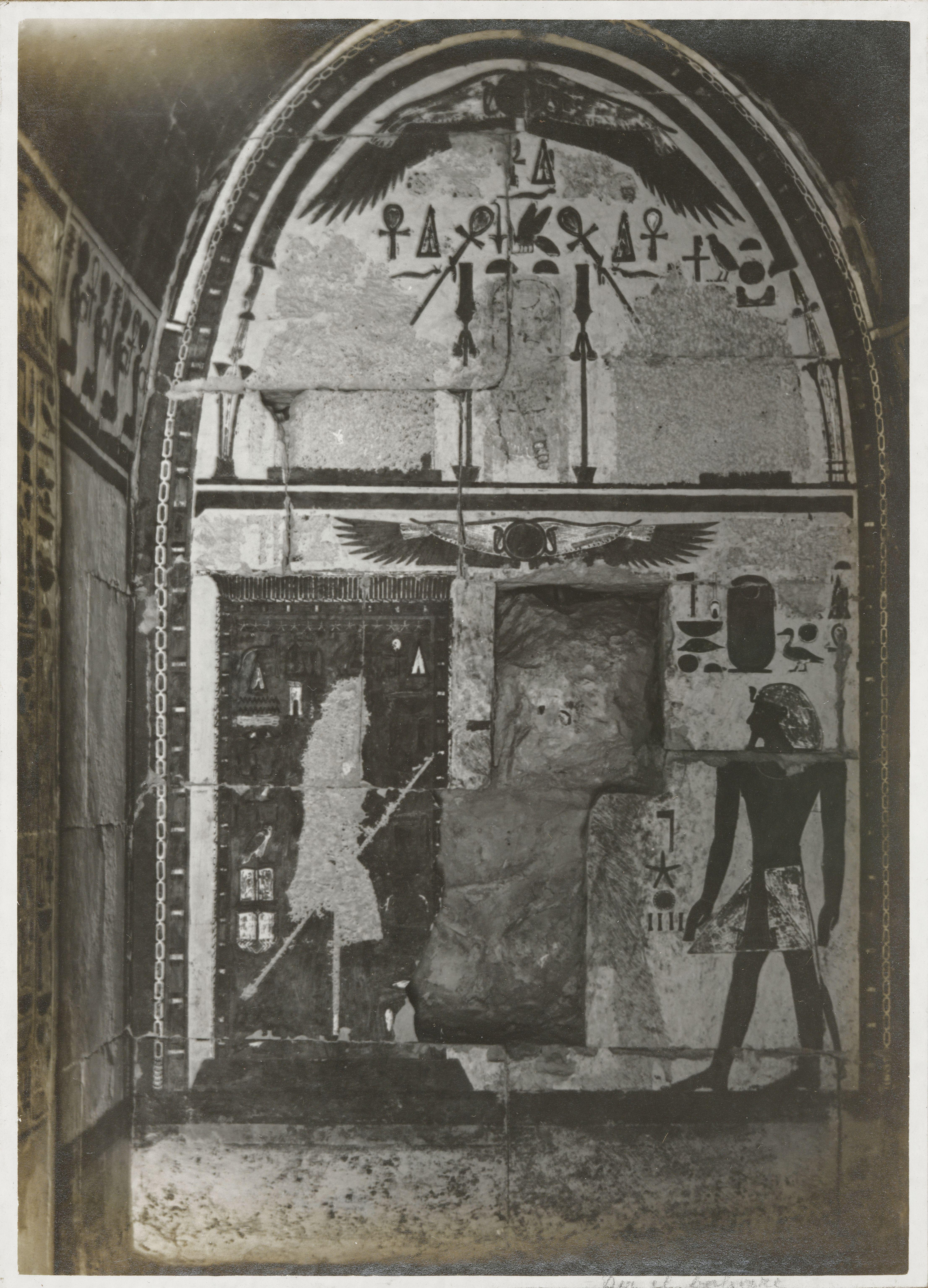 Дейр-эль-Бахри. Часовня Анубиса со сводчатым потолком. Живопись очень хорошо сохранилась, портрет  царицы-фараона разрушен