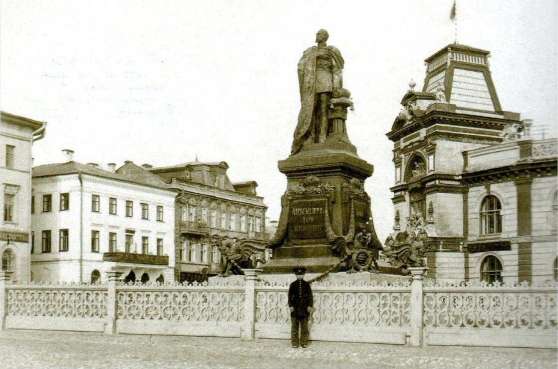 Памятник Императору Александру II на Ивановской площади