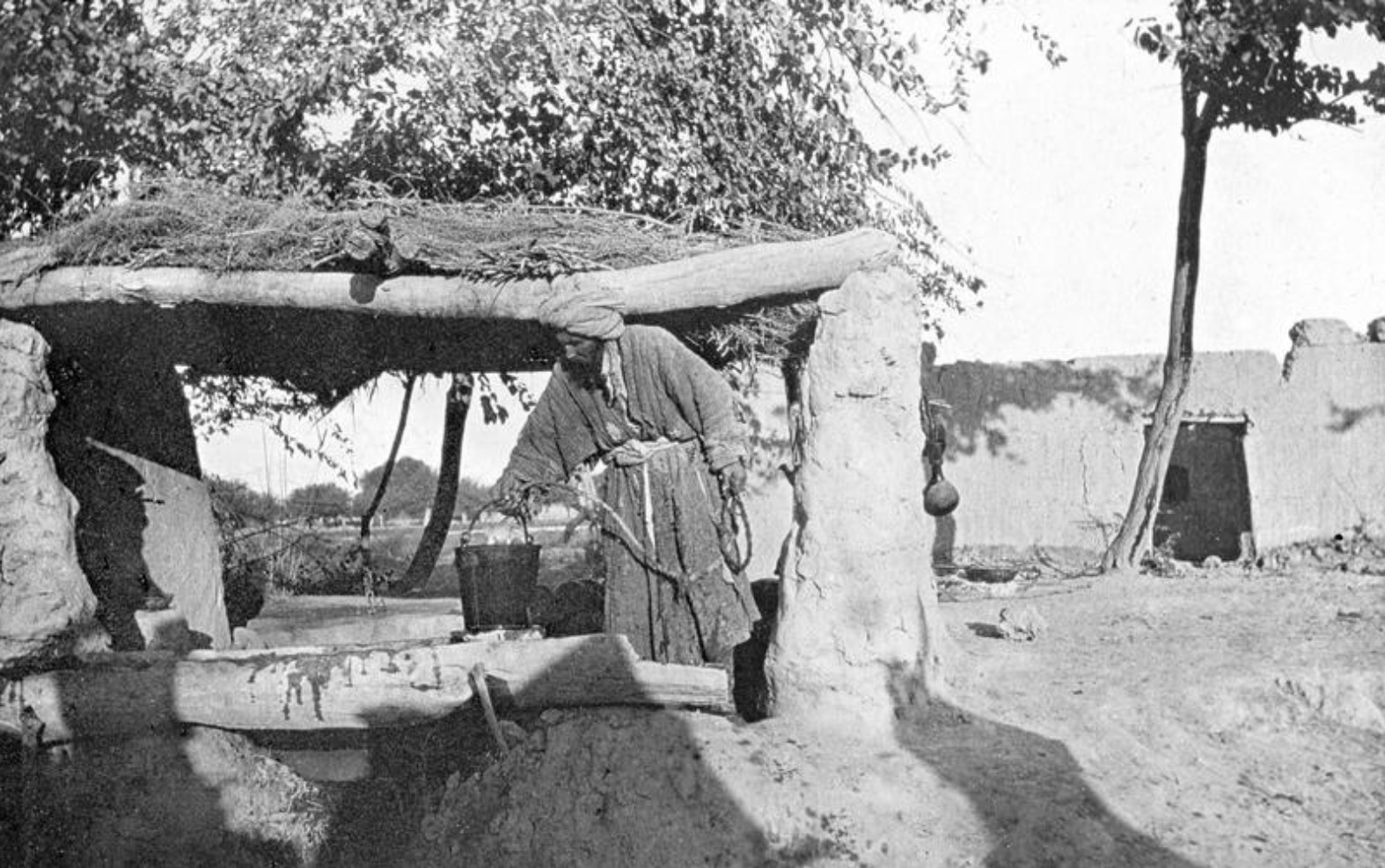 Окрестности Самарканда. Туркмен рядом с колодцем