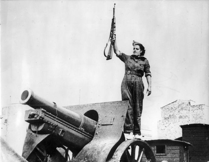 Tijdens de Spaanse Burgeroorlog staan er zelfs vrouwen aan het geschut. De vrouwen zijn ook bekwaam in het hanteren van het geweer. Barcelona. 1936.Woman with a rifle near a canon. Spanish civil war. Barcelona, 1936.
