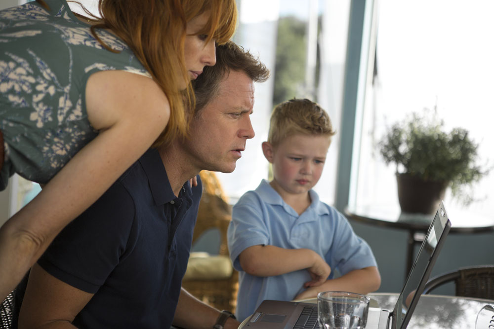 (l to r) Kelly Reilly, Greg Kinnear and Connor Corum in TriStar Pictures' HEAVEN IS FOR REAL.
