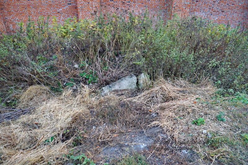 Заброшенное старинное надгробие. Зарайский кремль