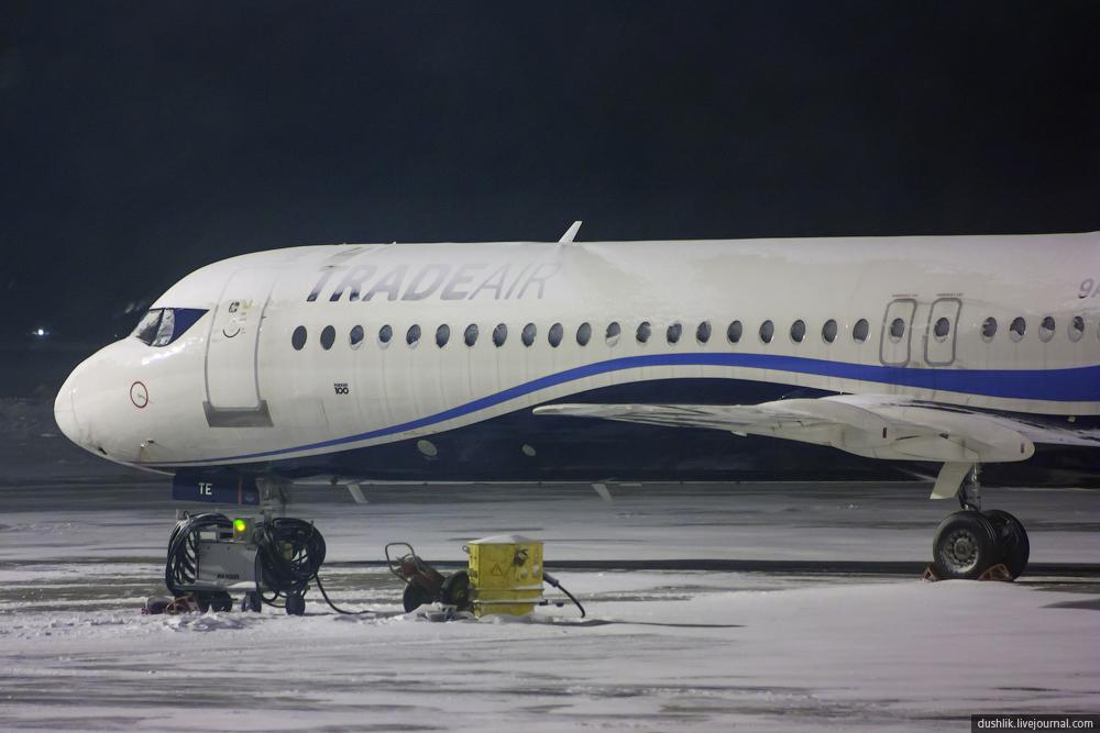Ночной предновогодний перрон Челябинского аэропорта